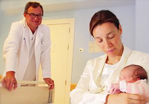 Doctor con madre y bebé
