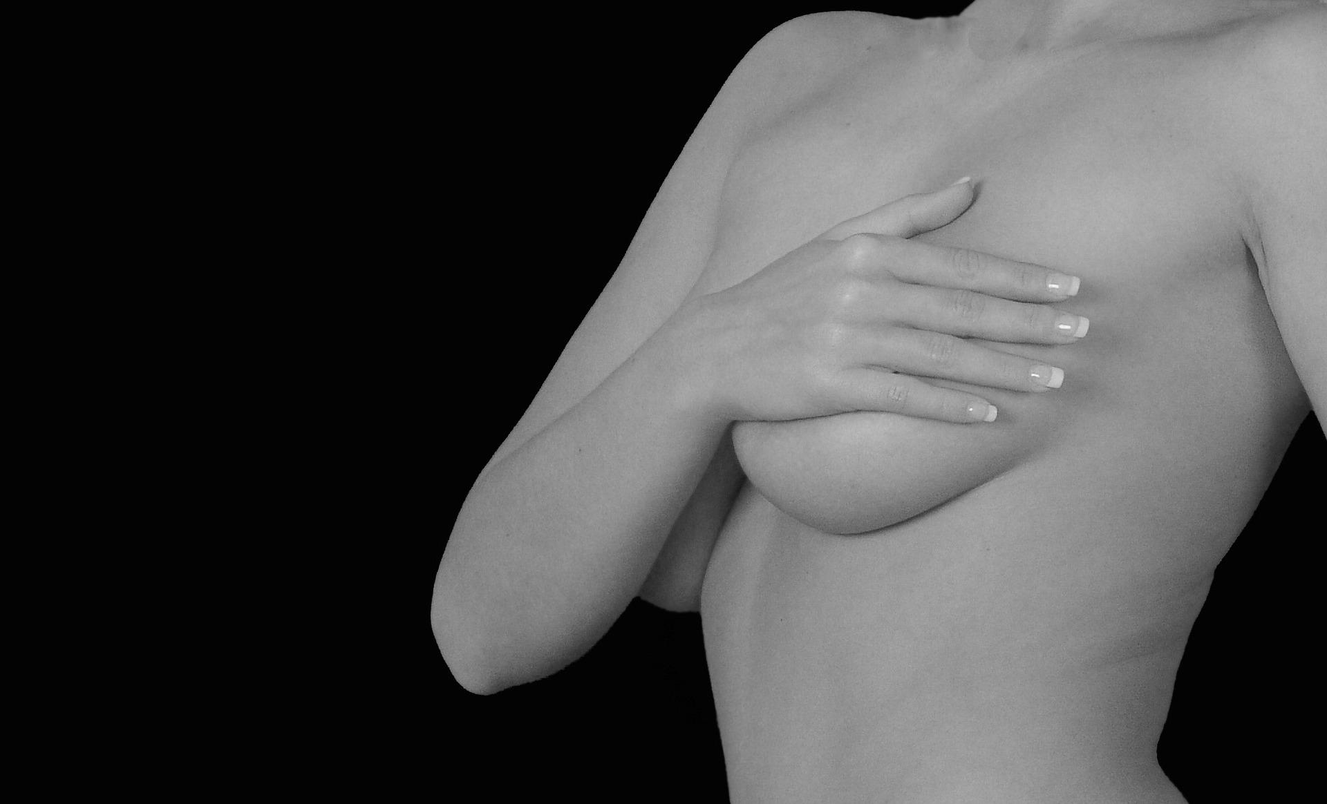 Pecho y escote: las técnicas para mejorar su aspecto con o sin cirugía.