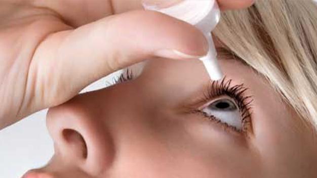 Mujer echándose gotas en el ojo
