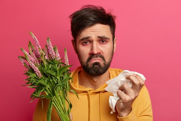 joven enfermo que sufre alergia aislado