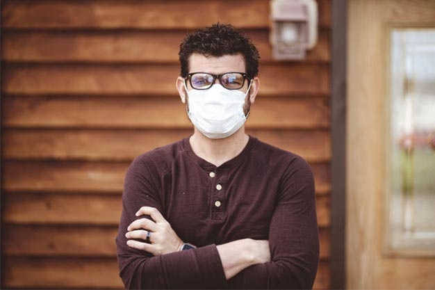 hombre gafas mascarilla sanitaria